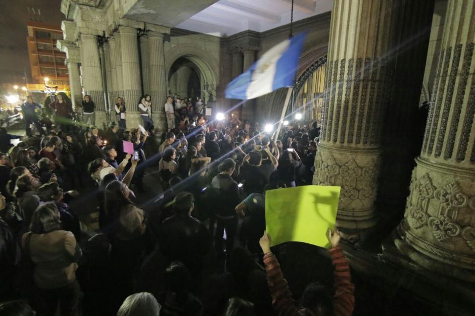 La población indignada exige la justicia para las 35 víctimas del incendio. (Foto: Alejandro Balan/Soy502)