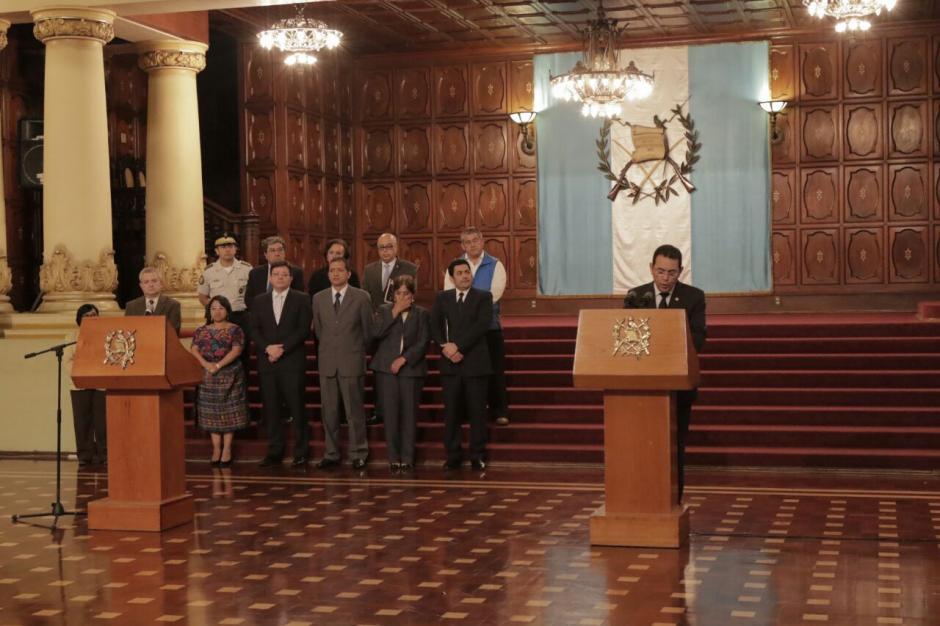 Acompañado de algunos funcionarios el mandatario salió de la conferencia. (Foto: Alejandro Balan/Soy502)