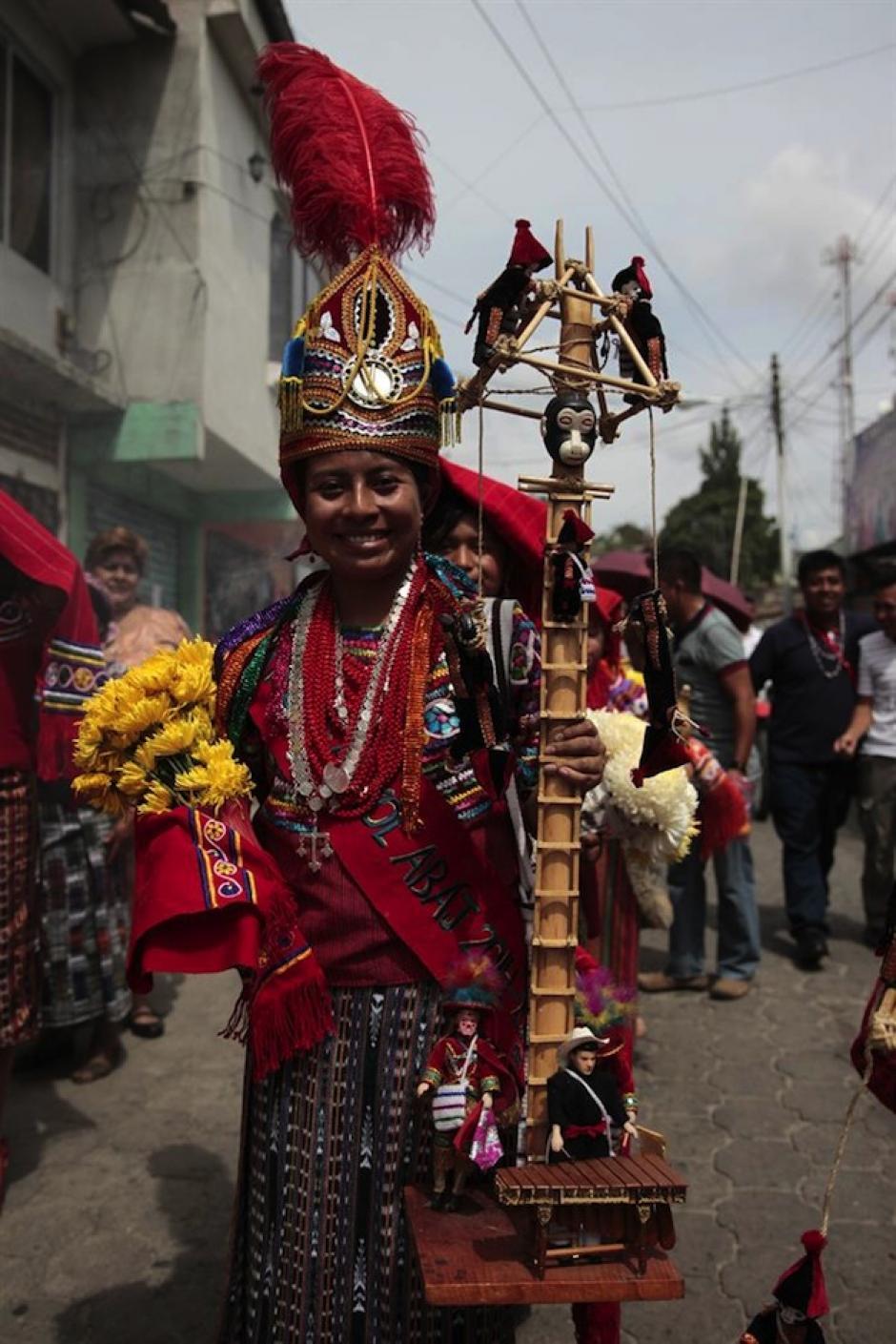 """La reina de las festividades a la """"Virgen de Tránsito"""" camina por las calles de Joyabaj, Quiché. (Foto: Esteban Biba/EFE)"""