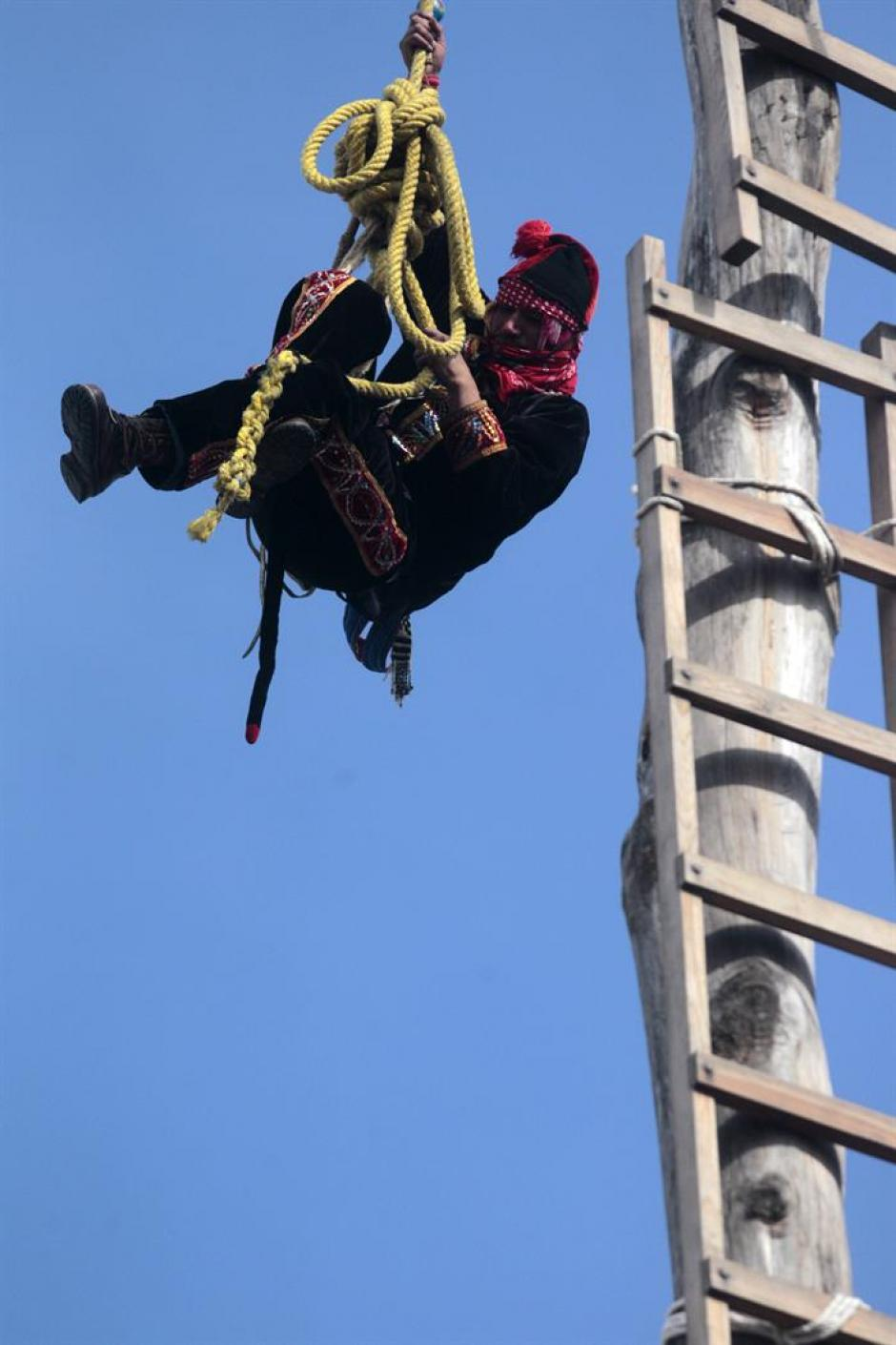 El momento del ajuste de la cuerda con la que realizarán la maniobra es el más peligroso. (Foto: Esteban Biba/Soy502)