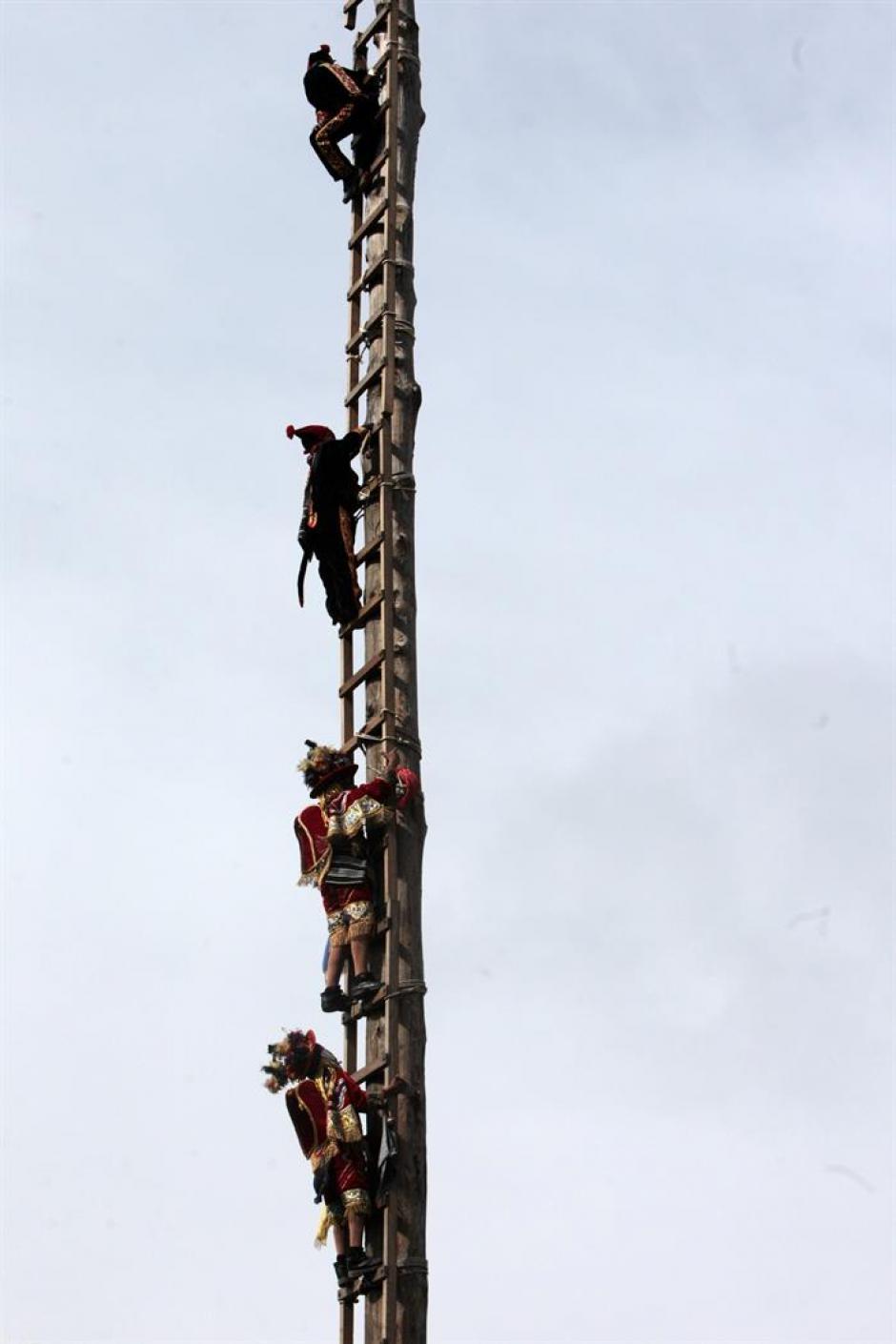 Los participantes de esta acción tardan en subir al lugar donde comienza la acción. (Foto: Esteban Biba/EFE)