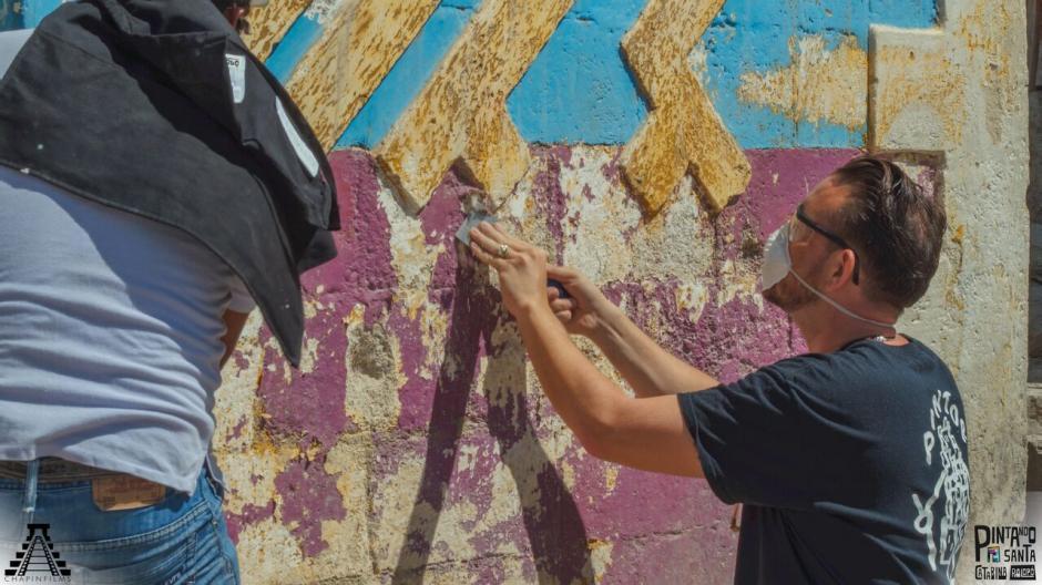 Junto con artista invitados la comunidad está unida para pintar todas las casas del pueblo. (Foto:  Chapin Films)