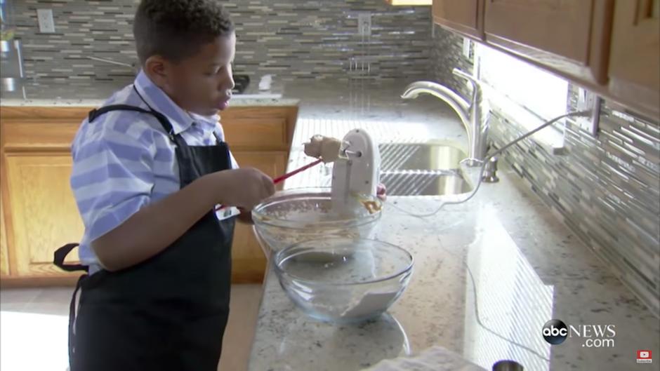 La especialidad del menor de ocho años son las galletas de mantequilla de maní. (Foto: Captura YouTube)