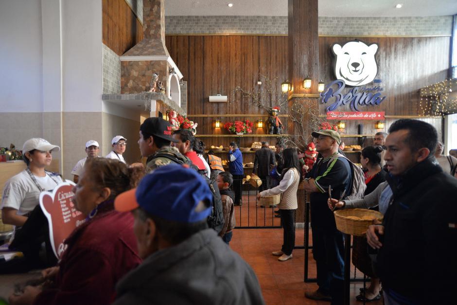 Los clientes llegan y compran pan para degustar en el lugar. (Foto: Wilder López/Soy502)