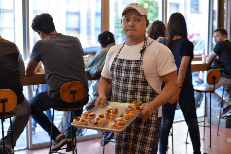 Los trabajadores del comercio sirven con prontitud a los clientes. (Foto: Wilder López/Soy502)