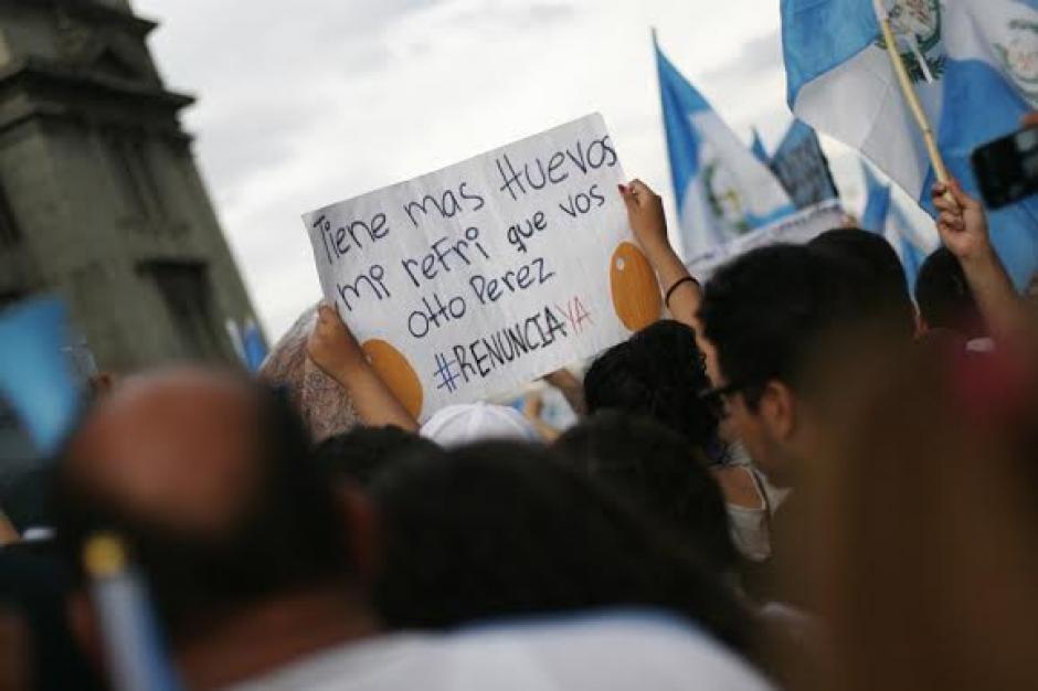 Las postales de la protesta histórica de este jueves 27 de agosto nos dejaron esta creativa pancarta. (Foto: José Dávila/Soy502)