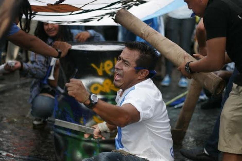 Los guatemaltecos llegaron y se sumaron a los más de 100 que en la Plaza Central gritaron renuncia al Presidente. (Foto: José Dávila/Soy502)