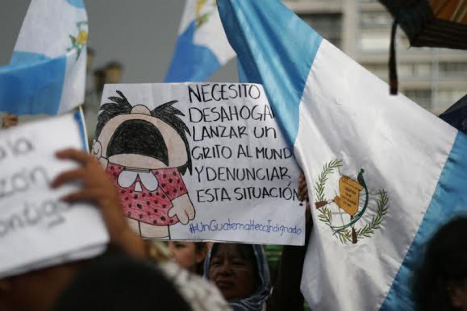 Cientos de pancartas llegaron a la Plaza Central para pedir la renuncia de Otto Pérez Molina. (Foto: José Dávila/Soy502)
