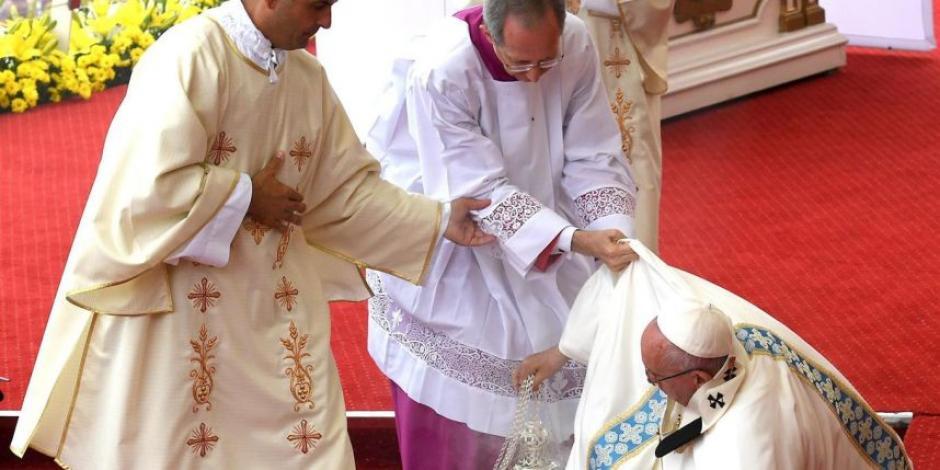 Los colaboradores del Papa le ayudaron para que se sobrepusiera de la caída. (Foto: www.metroecuador.com.ec)