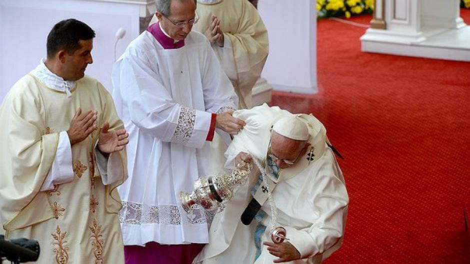 El Papa Francisco sufrió una caída durante una misa en Cracovia, Polonia. (Foto: diariocorreo.pe)