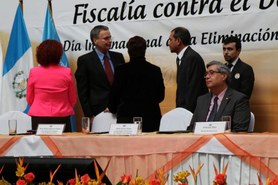 El ministro de Gobernación Francisco Rivas se acercó al padre de Claudina después de escuchar el reproche de no atenderlo. (Foto: Alejandro Balán/Soy502)