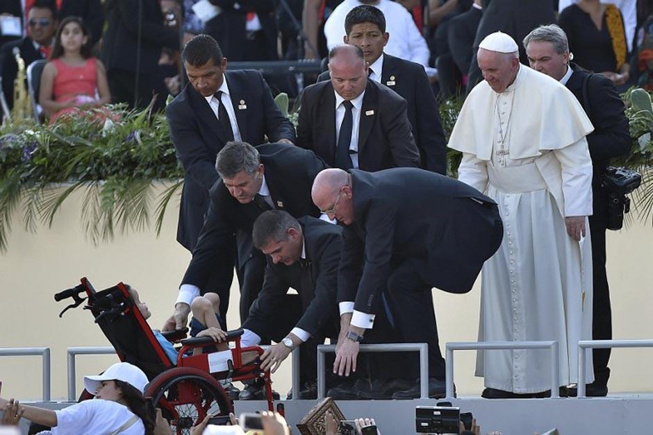 El Papa Francisco rompió el protocolo una vez más para bendecir a un niño. (Foto: AFP)
