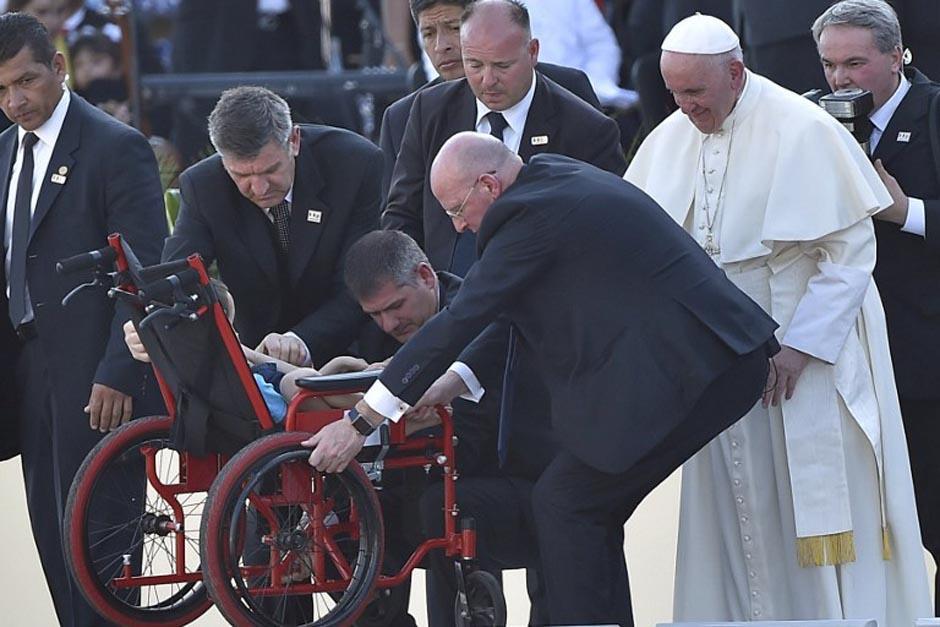 El Papa se mostró sumamente conmovido por la enfermedad del niño. (Foto AFP)