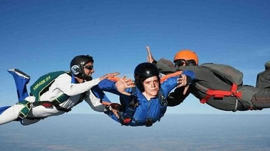 Con la adrenalina de un paracaídas pudiera sonreír la mujer.  (Foto: Reddit)