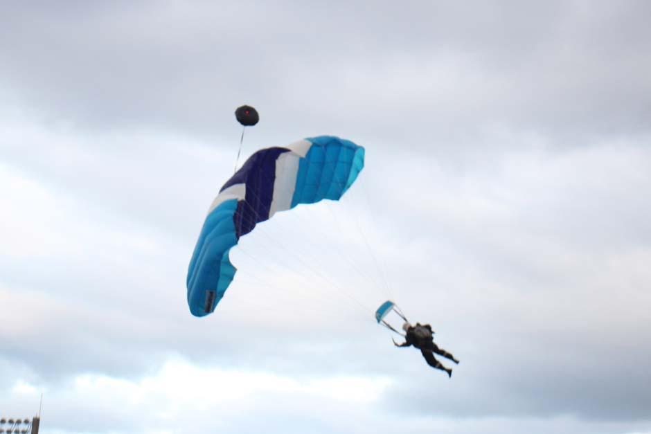 Un show de paracaidistas animó el encuentro entre Comunicaciones y Heredia, quienes disputan esta tarde la final del Torneo Apertura 2013. (Foto: José Dávila/Soy502)