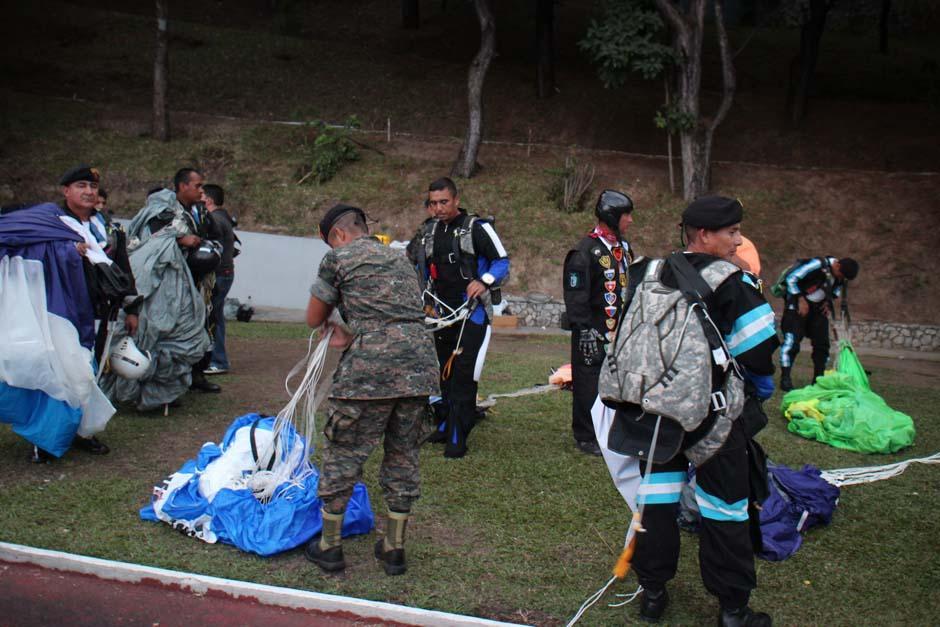 El cuerpo de paracaidistas del Ejército le dió un toque extremo a la final del Torneo Apertura 2013 entre Comunicaciones y Heredia que se juega en el Estadio Cementos Progreso. (Foto: José Dávila/Soy502)