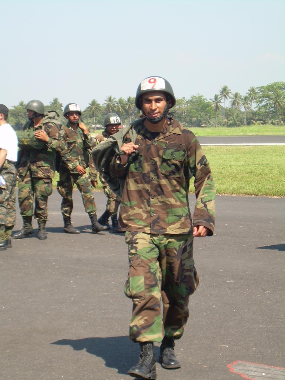 Ángel hizo paracaidismo militar cuando tenía 18 años. (Foto: Cortesía Ángel Menéndez)