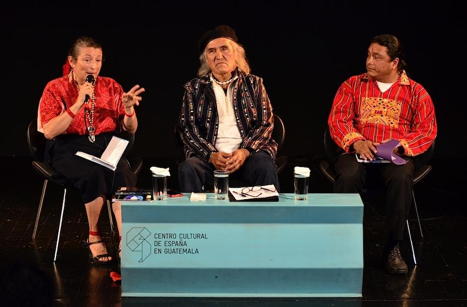 La Licda. Lina Barrios y el Dr. Donato Camey acompañaron al escritor en la presentación. (Foto: Selene Mejía/Soy502)