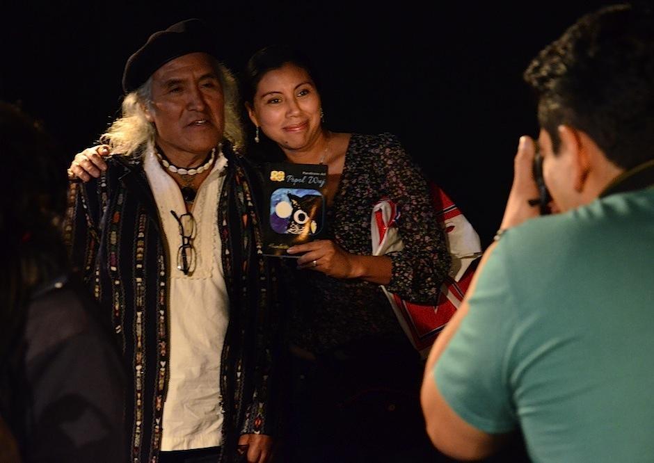 No faltaron las fotografías con el escritor. (Foto: Selene Mejía/Soy502)