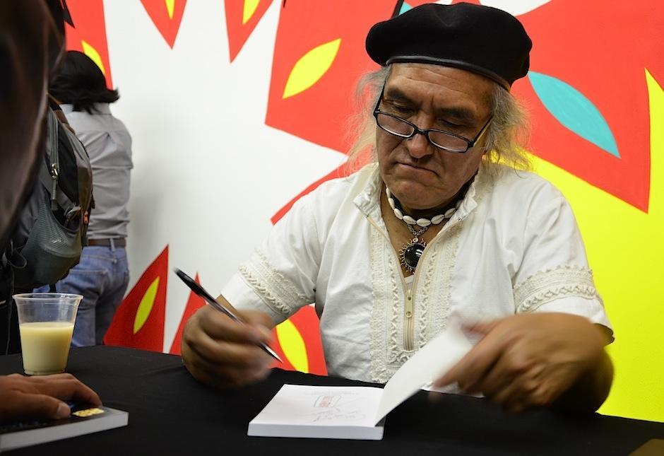 El guatemalteco firmó los libros de sus seguidores. (Foto: Selene Mejía/Soy502)