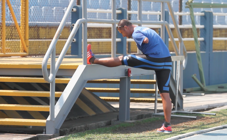 Raúl Pérez en el estiramiento previo a iniciar su entrenamiento. (Foto: Luis Barrios/Soy502)