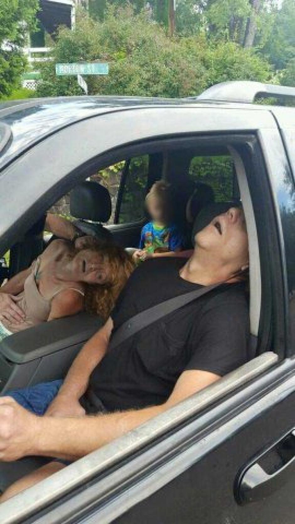 Una pareja drogada dentro de un carro con un niño a bordo, causa repudio de muchos. (Foto: Twitter)