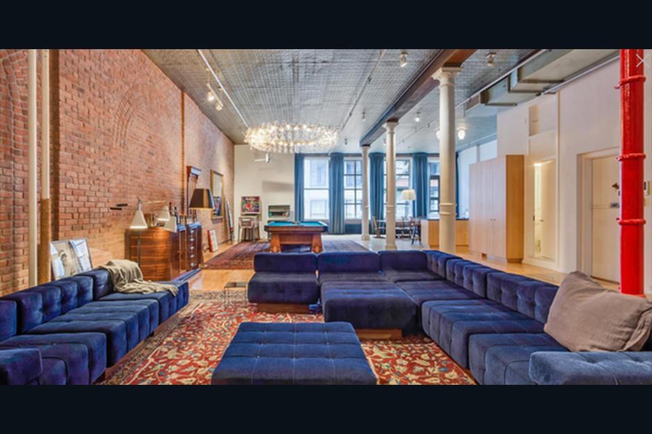 El cálido hogar está decorado con un estilo moderno que incluye un enorme sofá azul. (Foto: Cityrealty.com)