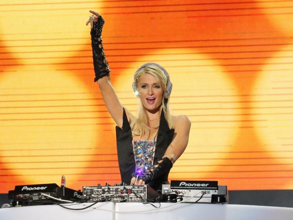 Paris Hilton participó en un concierto en Italia, pero antes de eso fue captada en un mal momento por los paparazzi. (Foto: Factmag.com)