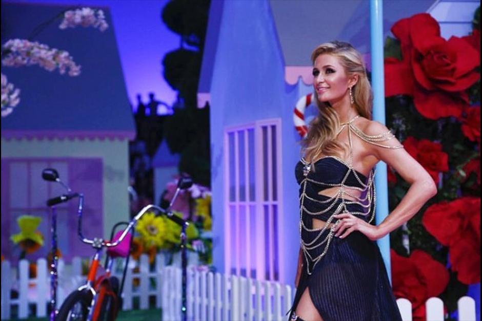 Paris se convierte en modelo gracias al diseñador Philipp Plein. (Foto: Twitter)