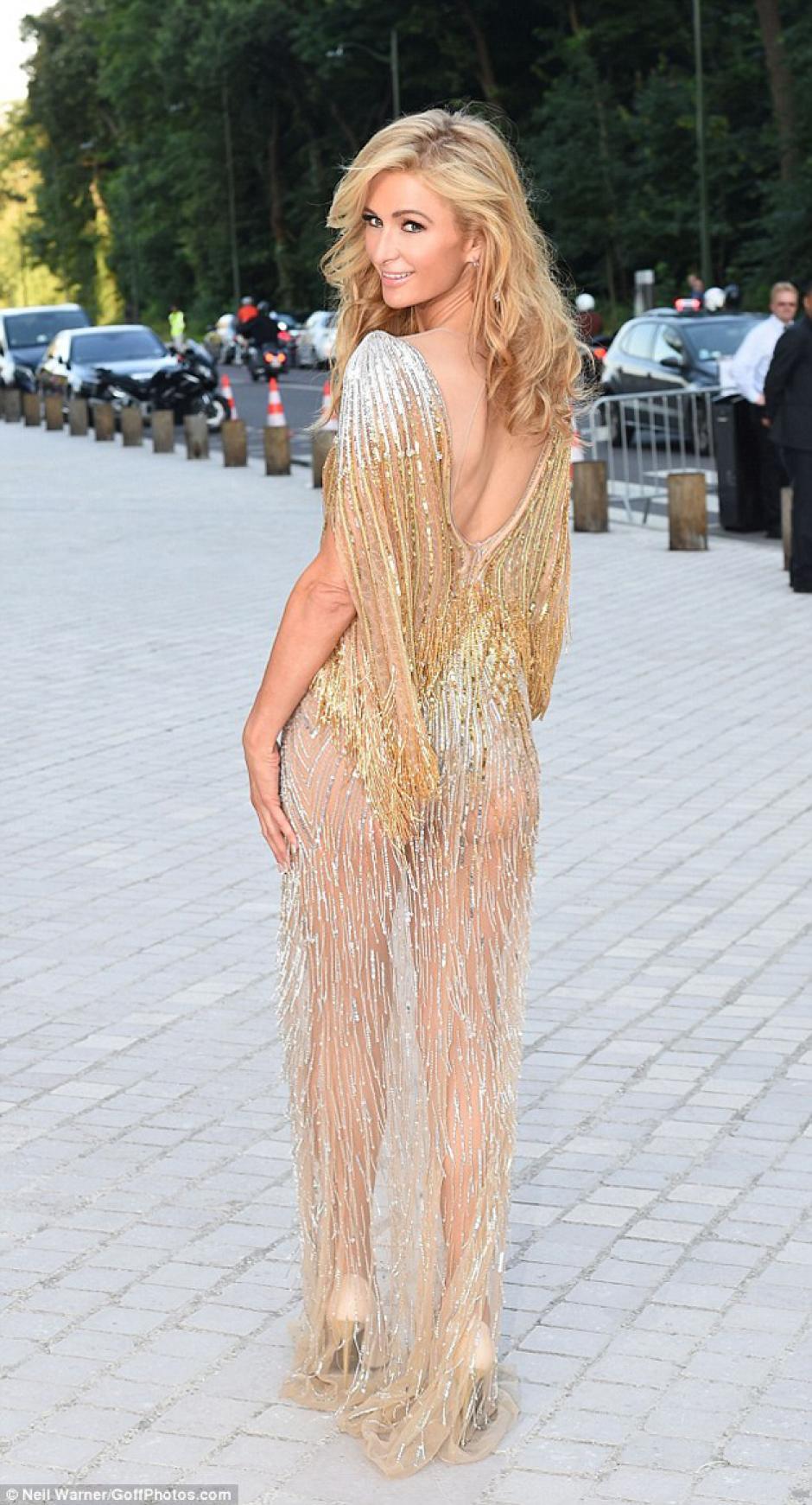 El vestido de Paris llamó la atención de los asistentes al evento. (Foto: MailOnline)