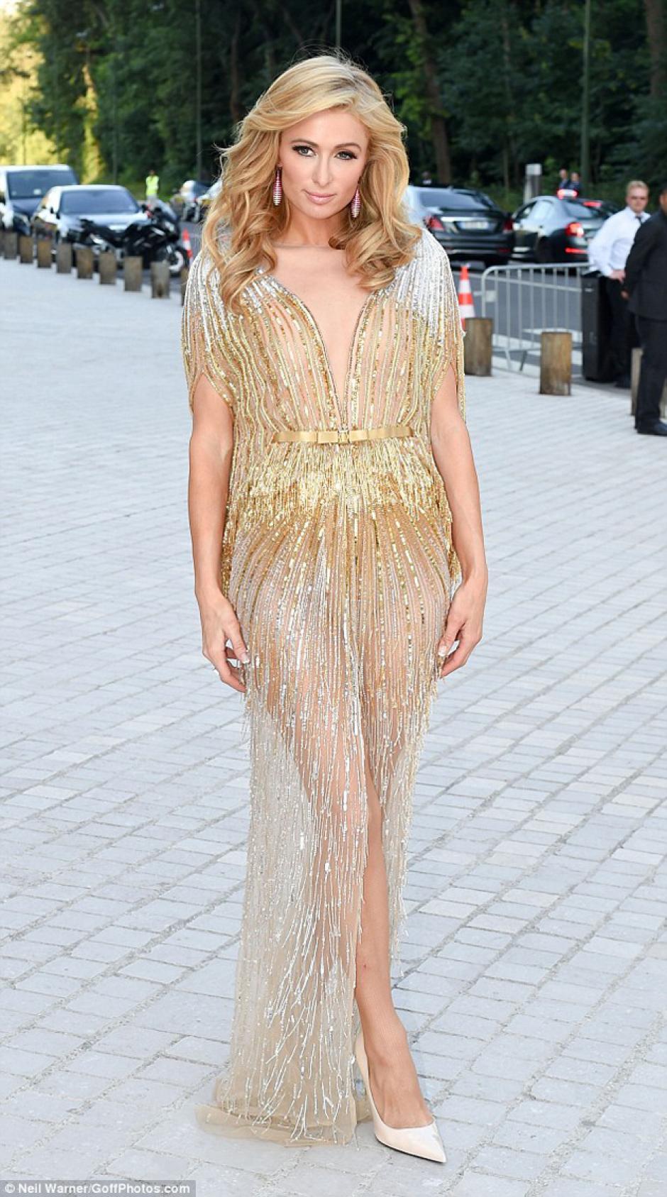 El vestido de Hilton deslumbró en la gala de Louis Vuitton. (Foto: MailOnline)