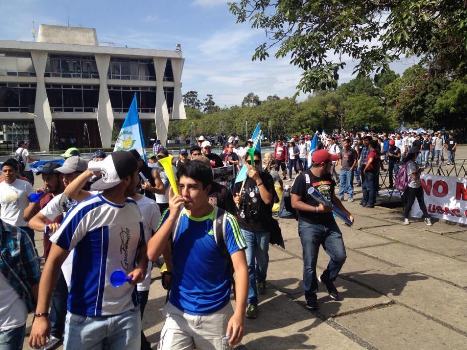 Los sancarlistas se prepararon con pancartas, silbatos y camisolas de Guatemala en el #ParoNacional. (Foto: Pedro Mijangos/Soy502)
