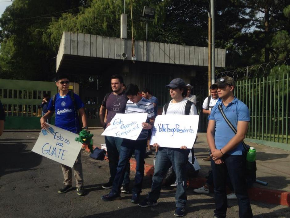 Estudiantes de la Universidad Landívar se alistan para la marcha contra Otto Pérez Molina. (Foto: Fredy Hernández/Soy502)