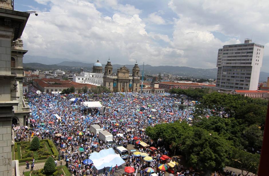 Así luce la Plaza de la Constitución en el #Paro27A que le pide la renuncia a Otto Pérez Molina como Presidente de la República. (Foto: Luis Barrios/Soy502)