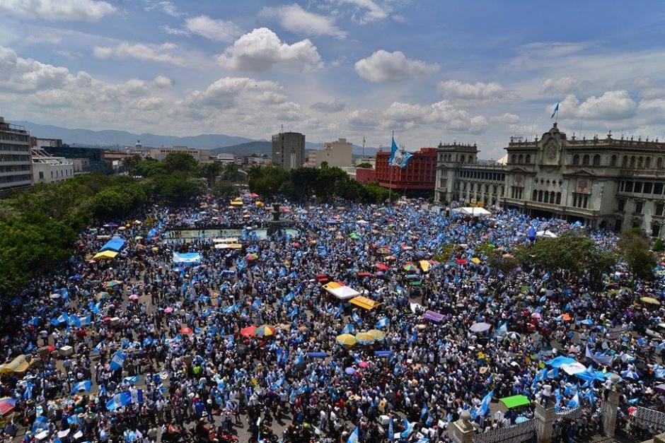Los estudiantes universitarios aún no se sumaban y ya la Plaza estaba repleta de manifestantes que reclaman la renuncia de Otto Pérez Molina. (Foto: Esteban Biba/ EFE)