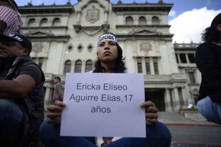 Con algunos nombres se identificaron los carteles con los que piden justicia. (Foto: Wilder López/Soy502)