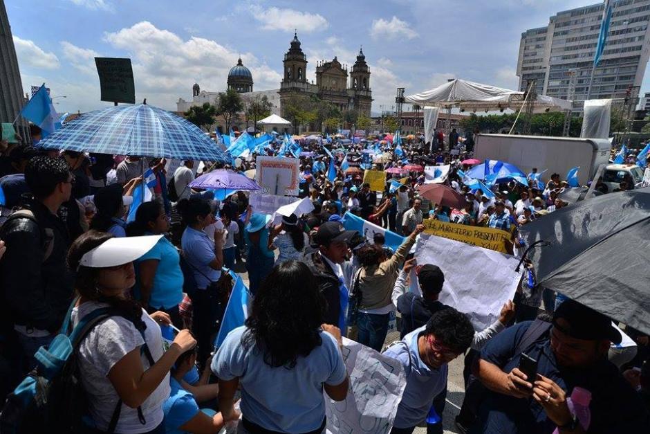En el Parque Central ya casi está lleno de manifestantes. (Foto: Wilder López/Soy502)