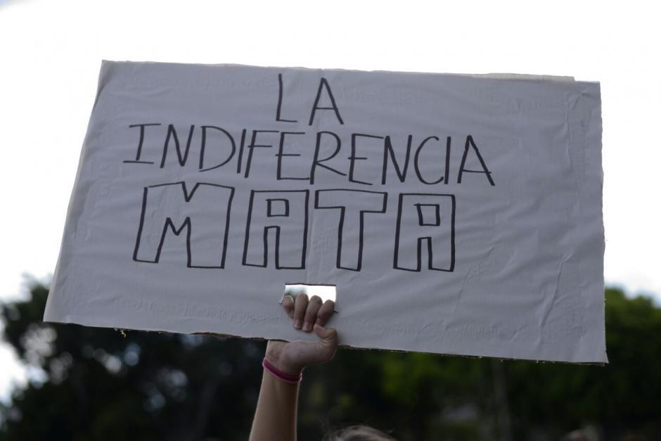 Con estos carteles protestan en la Plaza Central. (Foto: Wilder López/Soy502)