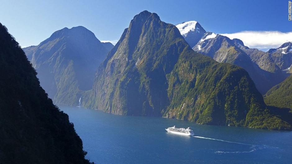 El Parque Nacional de Fiordland en Nueva Zelanda es una combinación de glaciares antiguos y dividido por acantilados que tienen incontables cascadas.