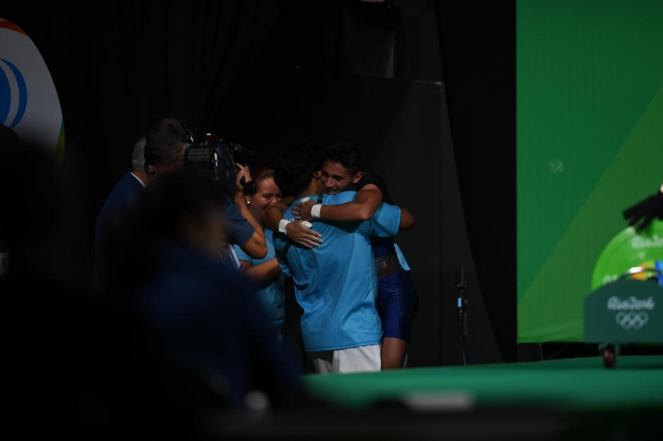 Pineda recibe el abrazo de su equipo luego de su participación. (Foto: Aldo Martínez/Enviado especial Nuestro Diario)