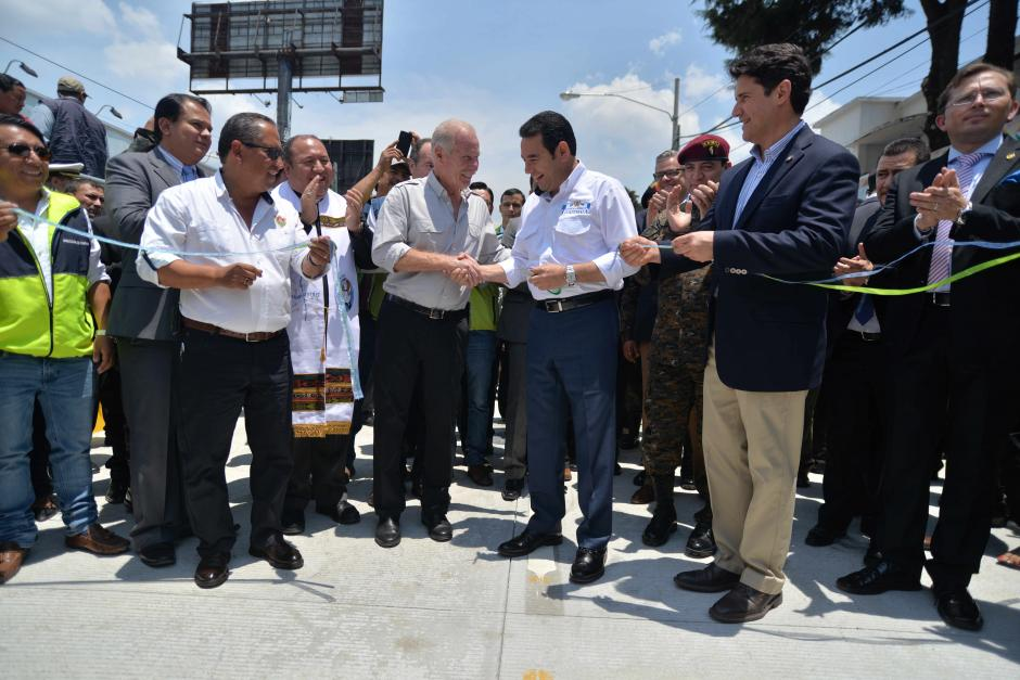 El alcalde Álvaro Arzú y el presidente Jimmy Morales participaron en la inauguración de la obra vial. (Foto: Wilder López/Soy502)
