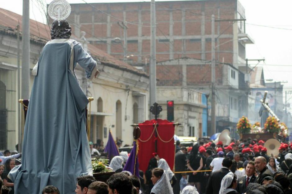 Las imágenes de iglesia de la Merced, de la procesión de la Reseña se alejan. (Foto: Raúl Illescas).