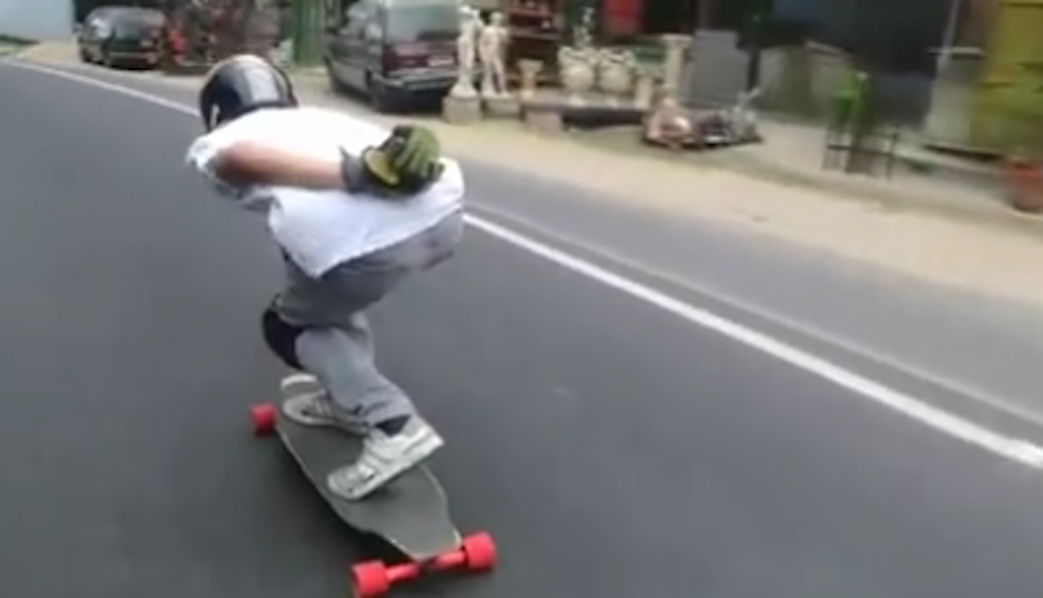 Un joven desafió la carretera en su patineta. (Foto: video facebook)