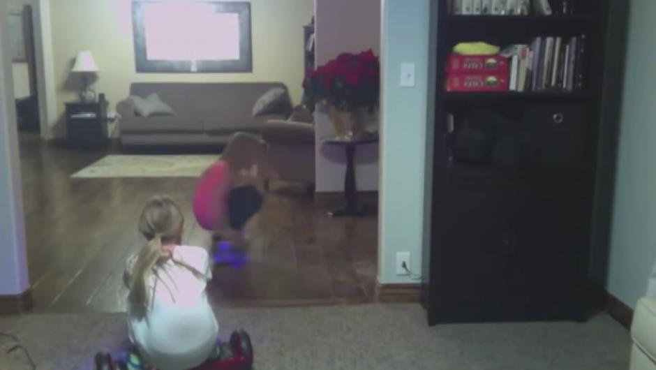 El juego de las hermanas con la patineta eléctrica inició como algo divertido. (Foto: Tomado de YouTube)