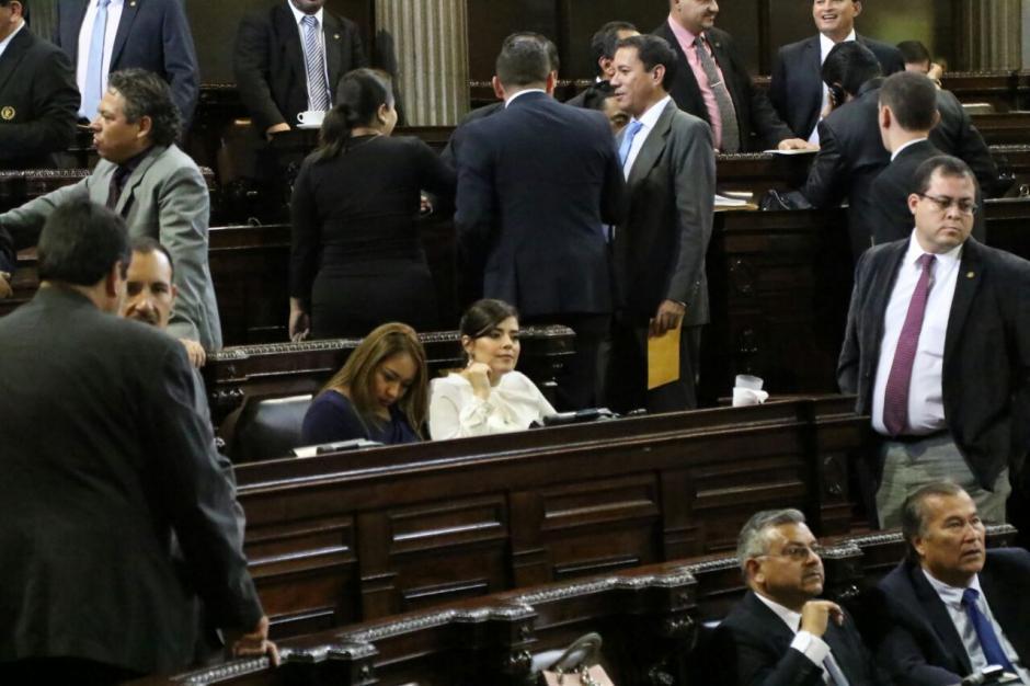Sabiendo que existe una orden de restricción, Sandoval se sentó en la curul de Hernández. (Foto: Alejandro Balán/Soy502)