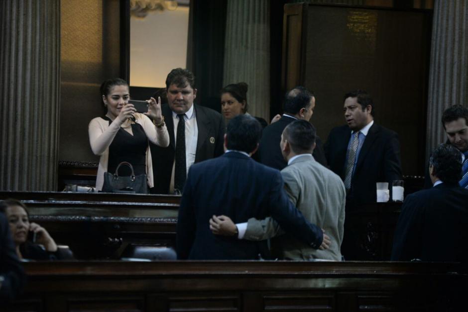 Algunos diputados aprovecharon para tomarse fotos en el hemiciclo. (Foto: Wilder López/Soy502)