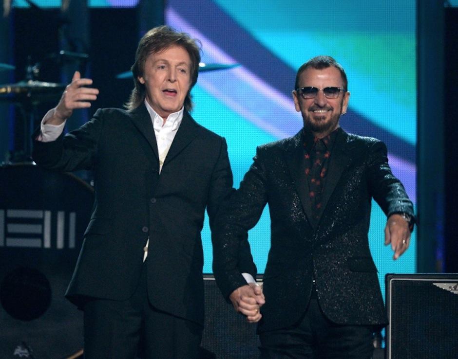 """Paul MacCartney y Ringo Starr, de la legendaria banda británica """"The Beatles"""", se reúnen en el escenario. (Foto: Grammy)"""