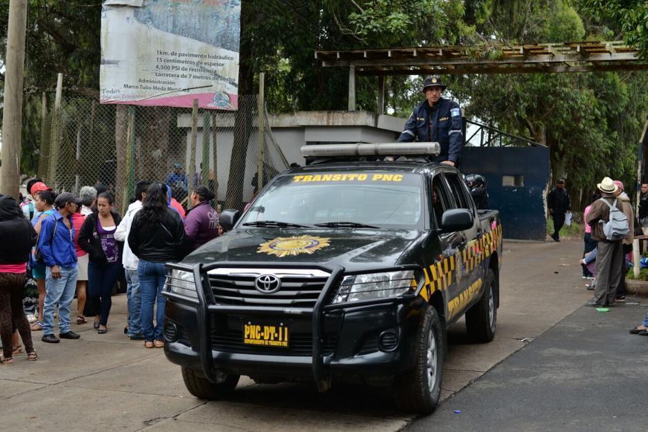 Las fuerzas especiales de la PNC resguardan a los heridos. (Foto: Archivo/Soy502)