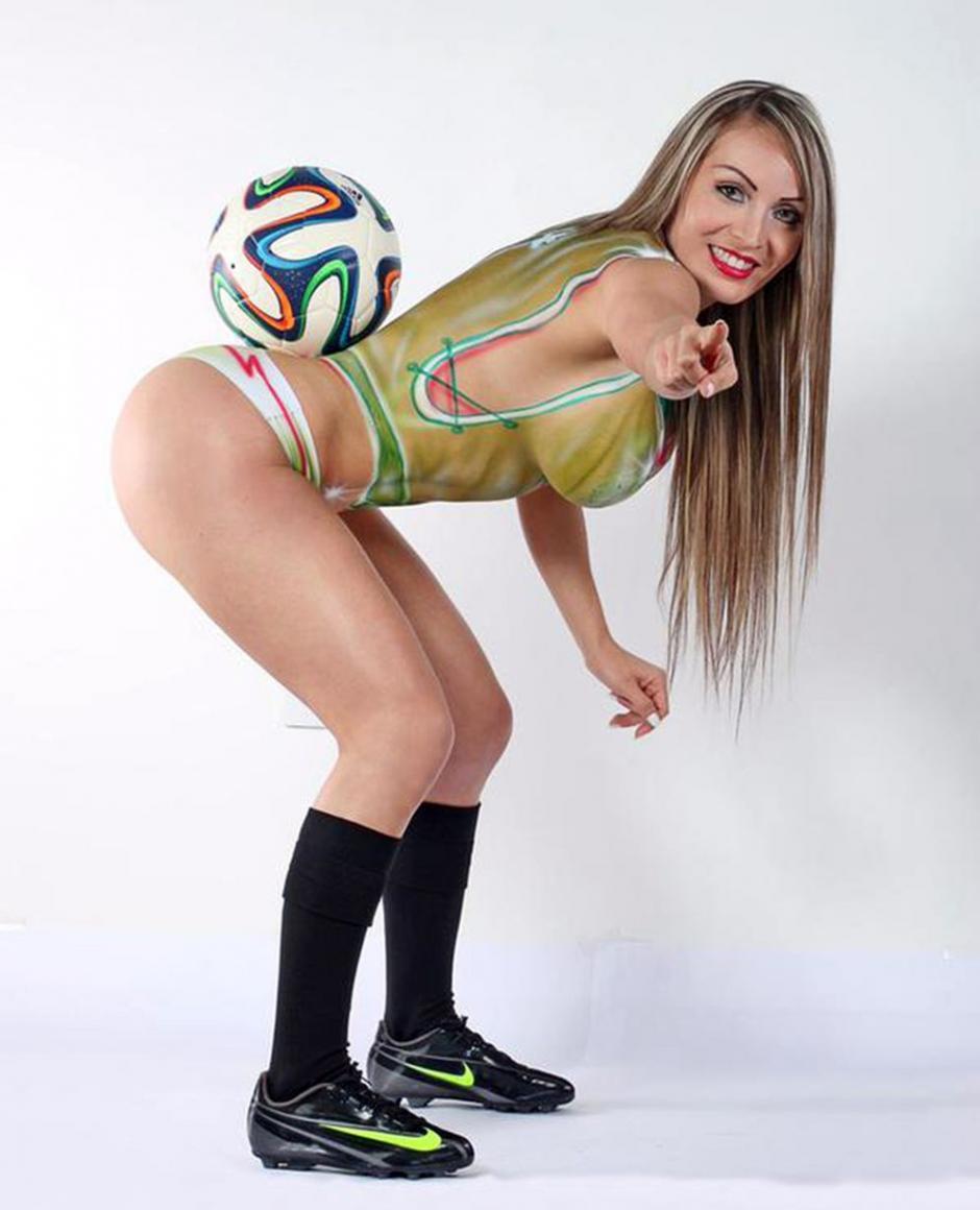 Arcelia muestra que también tiene talento para dominar el balón.(Foto: @ArceliaFitness)