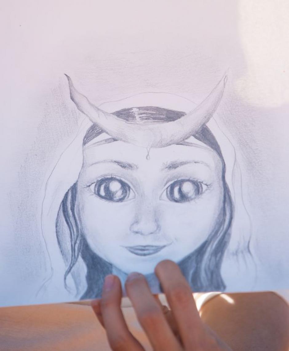 Los dibujos muestran a niños con rasgos extraños